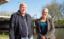 Floris le Conge Kleyn en Sonja Sint van Belangenvereniging Zuidpoort met op de achtergrond het toekomstig hoofdpijndossier voor de Gemeente Delft: de Sebastiaansbrug.